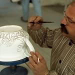 antonio cremonese al lavoro presso antica deruta per la mostra ceramica contemporanea comoditas